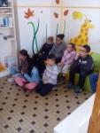 Les enfants attentifs devant la vidéo